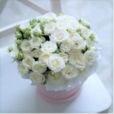 Кустовые белые розы в коробке